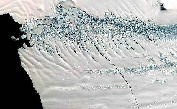 南极冰川现30公里裂缝 或将诞生巨型冰山