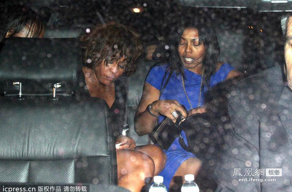 当地时间2012年2月11日,美国,著名女歌手惠特尼-休斯顿(Whitney Houston)被传出因病逝世,享年48岁。2月9日,惠特尼-休斯顿最后一次出现在公众场合,据现场的记者报道,她当时看起来神情异常疲倦。腿上的血迹与手腕上的抓痕表明,她因吸毒正忍受着巨大的痛苦。