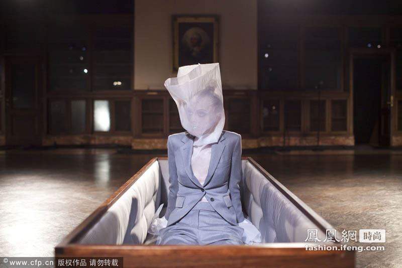 """Thom Browne秀场玩惊悚 模特""""起死回生""""破棺而出"""