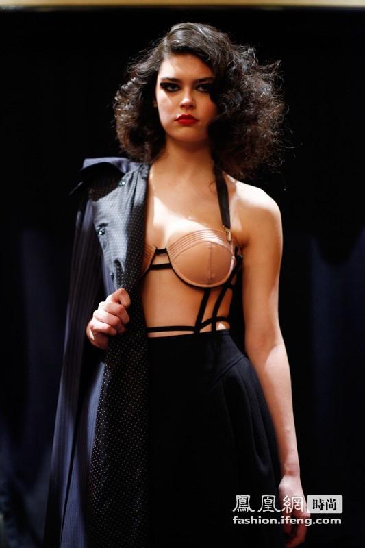 内衣外穿挑战底线 个性设计引发全民讨论