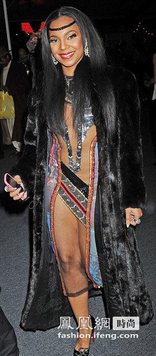 美国女星时装周另类着装 引四座关注