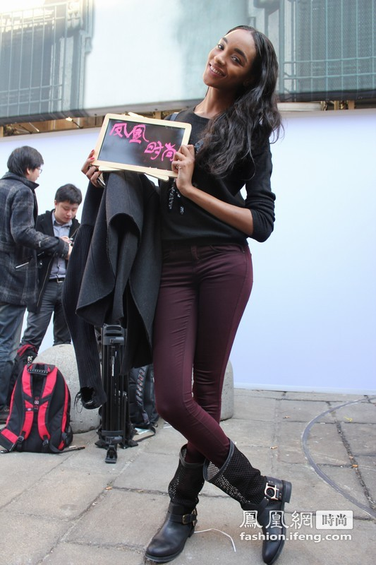 凤凰时尚直击米兰街头名人 设计师时尚风采不输超模
