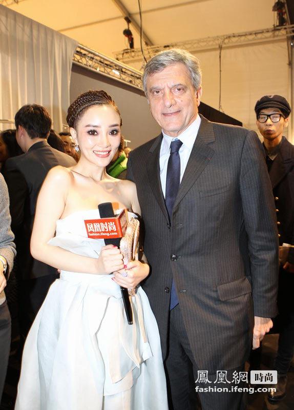 李小璐亮相巴黎媒体狂拍 裸色礼服凸显傲人上围