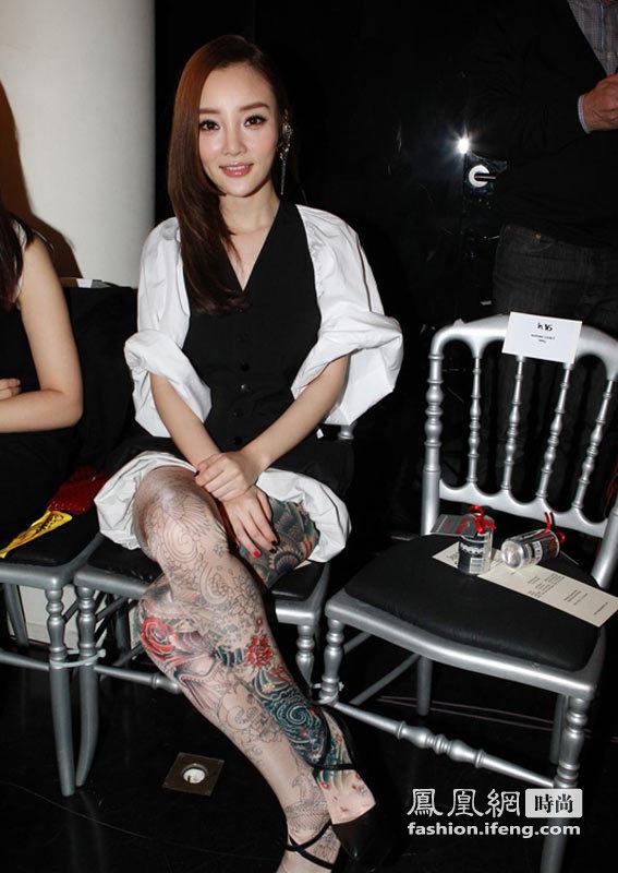 """李小璐全腿""""纹身""""和妈妈观秀 同场女星举止吓人"""