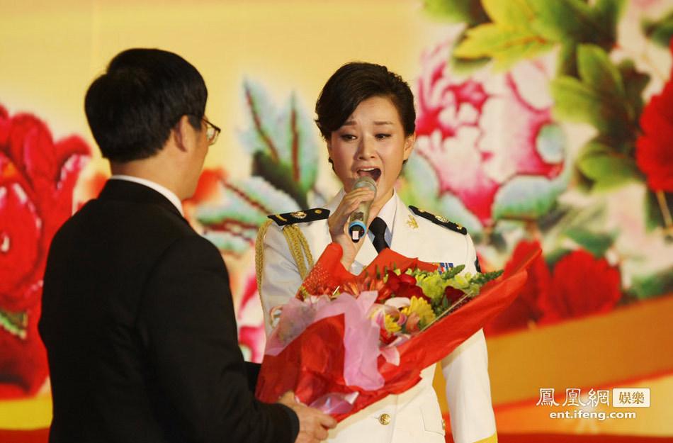 宋祖英/宋祖英着军装亮相,获许多观众现场送花。