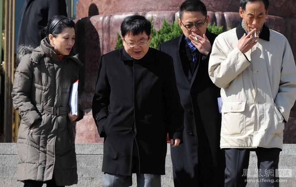 ...)、李剑阁(左二)、秦晓(右一)走出人民大会堂.江心/摄全部图片