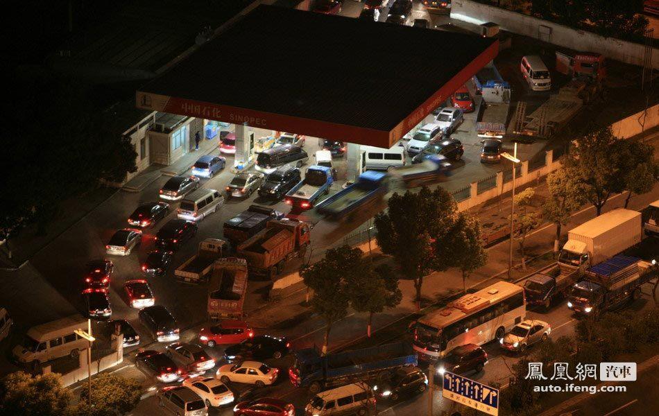 发改委上调油价各地方司机排长队加油