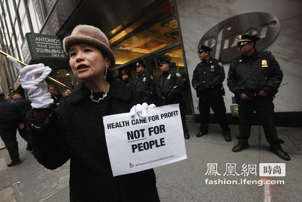 时尚少女内衣上街 声援美国仇富运动