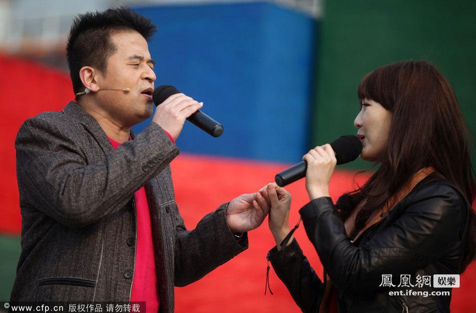 毕福剑和女歌手对唱情歌 强迫对方向观众鞠躬