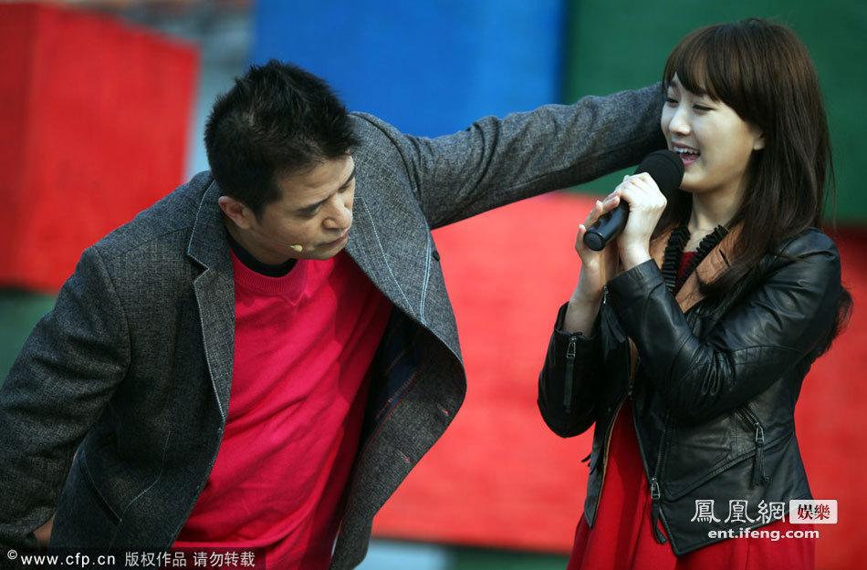 毕福剑和女歌手对唱老婆调教对老板观众强迫情歌方向鞠躬情趣用品图片
