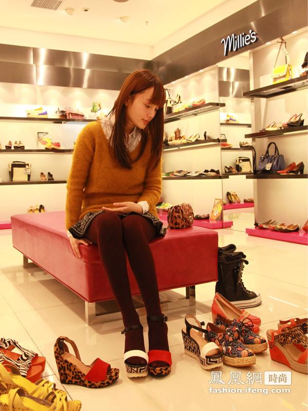 凤凰时尚街拍李小璐逛店 试遍当季潮流美鞋