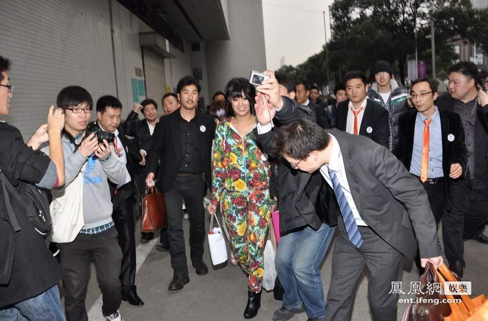 日本女优团上海逛街 中年男强行靠近高清大图