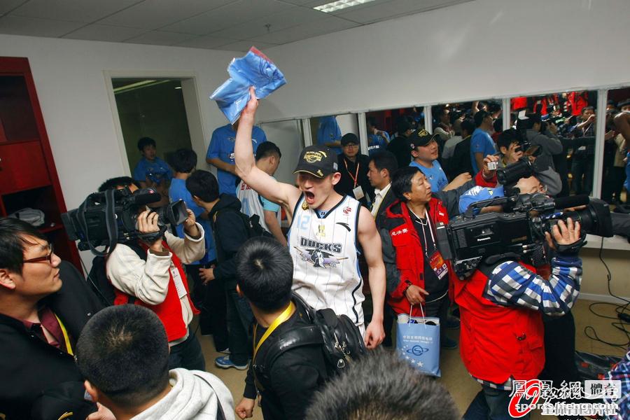 CBA-北京124-121广东夺首冠 球员更衣室疯狂庆祝[高清]