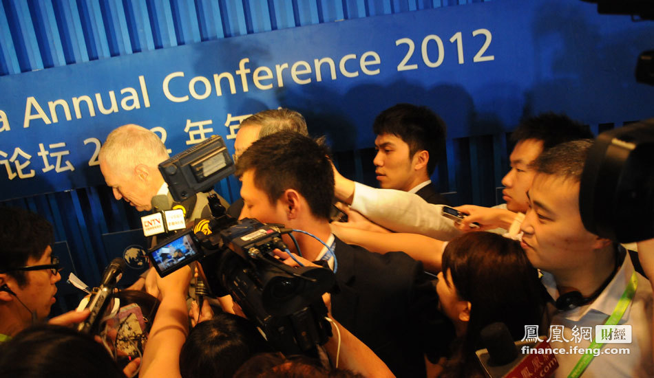 周小川/博鳌前方记者围堵中国人民银行行长周小川[详细]