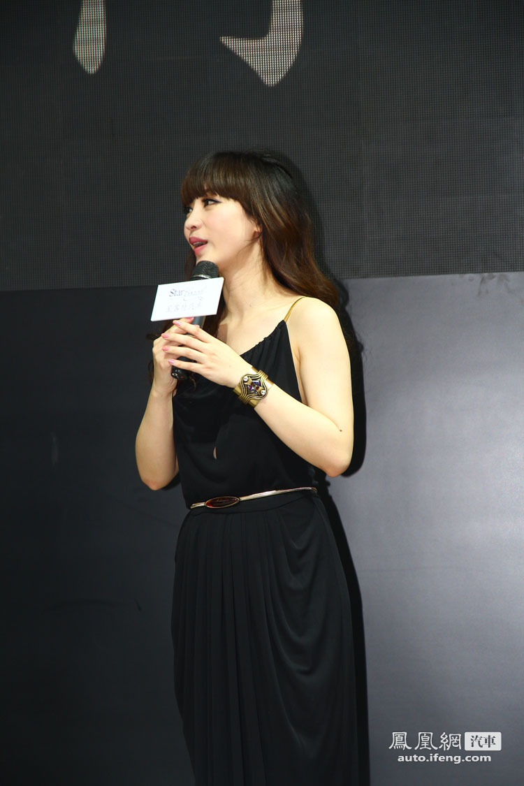 柳岩霸气裸背装惊艳北京车展性感登台