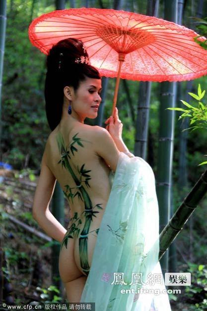 女模向玉莎莉助阵黄山芙蓉谷人体彩绘展[高清大图]