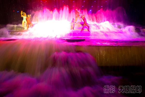 观看 触电/音乐响起,大幕开启,五彩绚烂的舞台装饰,眼花缭乱的镭射眩光...