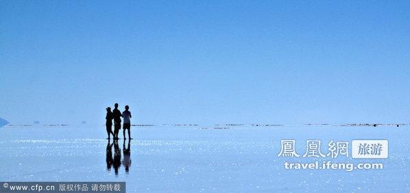 """玻利维亚盐碱滩亮如镜面 游客享""""水上漫步"""""""