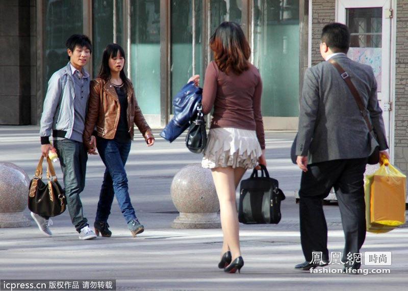 身着蛋糕式短裙的女孩在北京街头小女孩