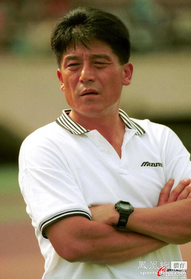 拿起了甲a球会前卫寰岛足球队的教鞭,从此开始了他长达12年的中国足球
