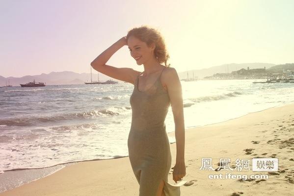 凤凰网娱乐独家镜头:法国女星Laura致敬梦露[高清大图]