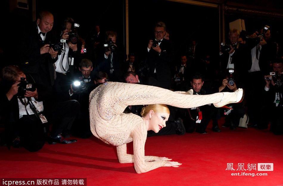 《悸动的冬青木》首映 舞者红毯上秀软体功抢