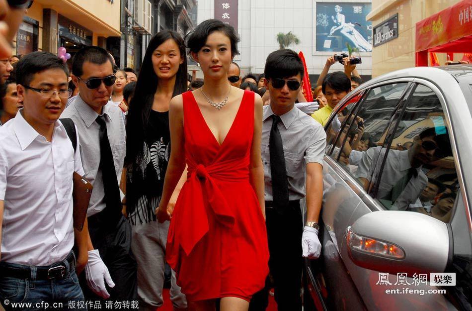 兽兽/兽兽身着深V红裙性感亮相。
