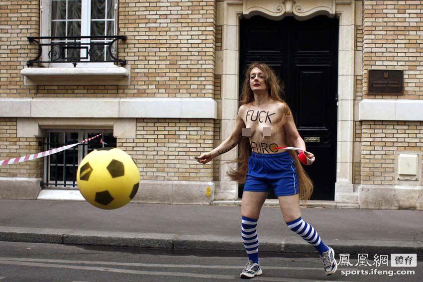 法国裸女上街反色情 欧洲杯前抗议声不断[高清