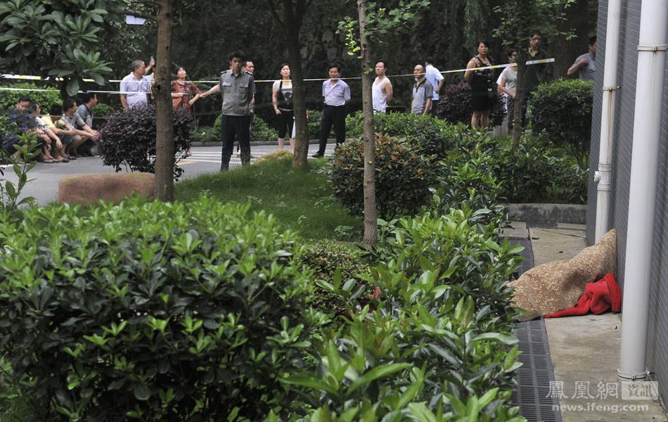 湖南株洲男子裹毛毯坠楼身亡 市民称其系干部