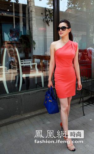 关悦时尚优雅街拍 演绎撞色流行风潮