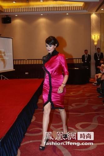 欧美女穿旗袍亮相 丰满身材把衣撑变形