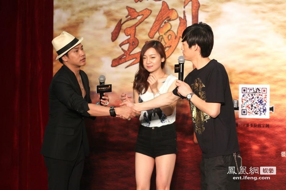 演员张炜迅现场向女朋友求婚