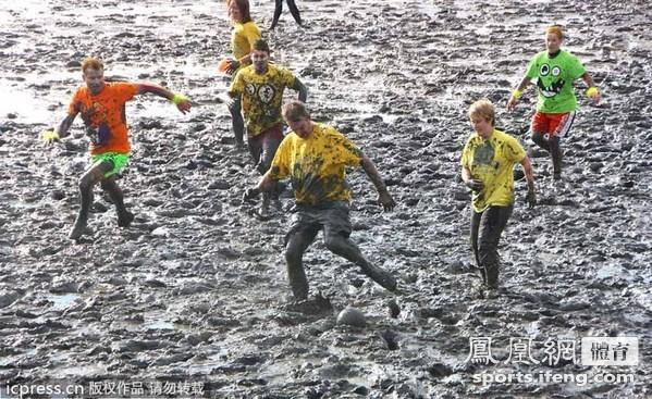德国泥地比赛举行 踢足球滑雪橇种类繁多[高清