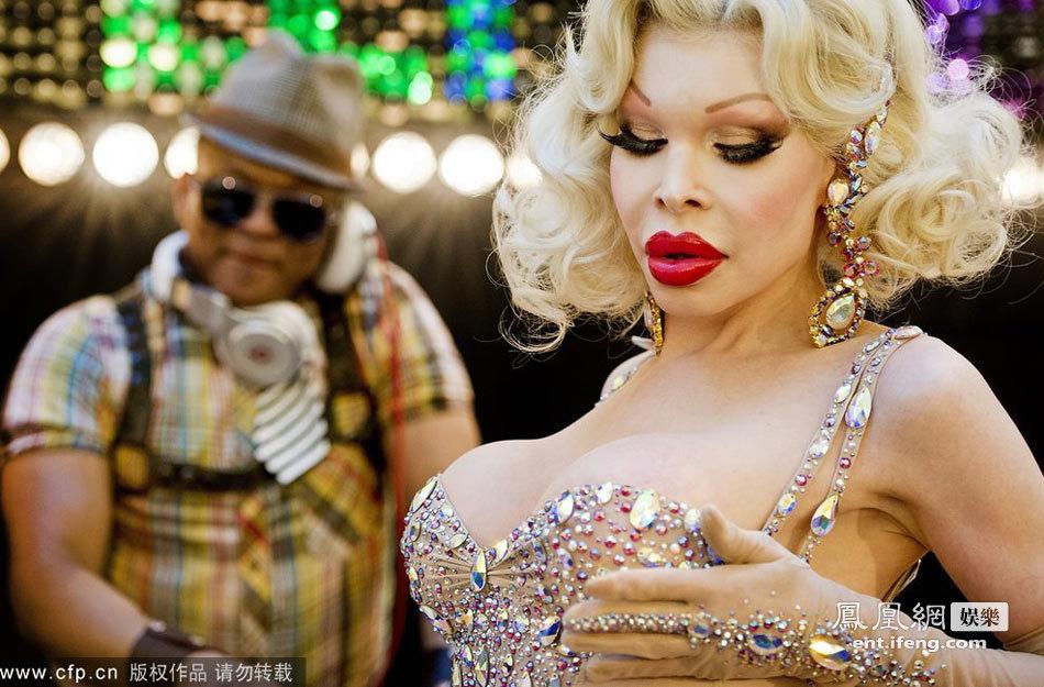 美国 同性恋 追捧/美国变性女星穿肉色紧身衣现身同性恋游行获追捧[高清大图] (/10)