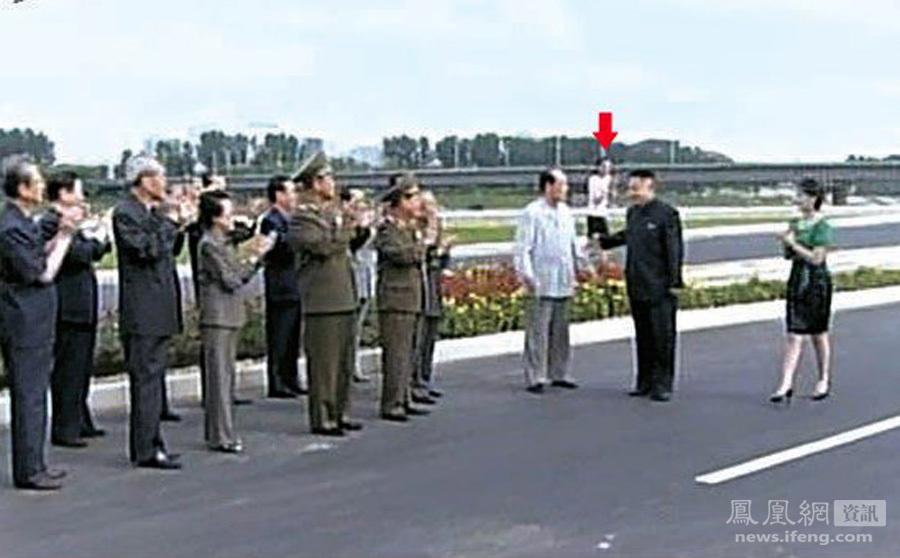 馆仪式上,参加活动的朝鲜高层干部全都站在一起,鼓掌欢迎金正恩