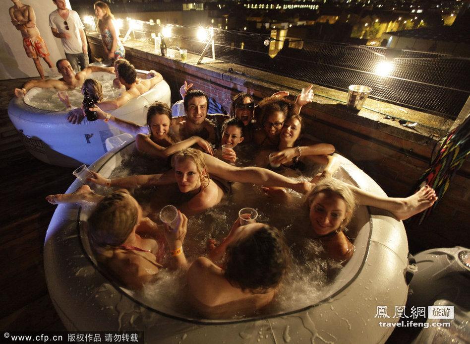 男女混浴看露天电影 边看边泡热水浴 - 易理 - 易理的博客