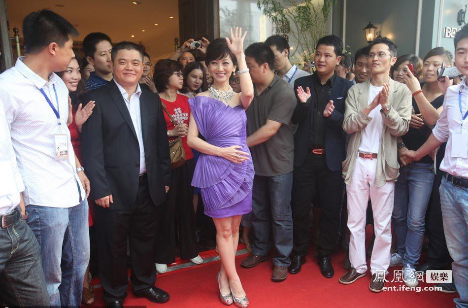 赵雅芝出席宁波某家居品牌店开业庆典活动.