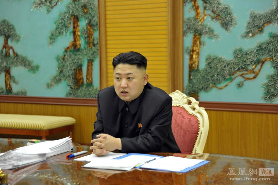 [简介]朝中社1月27日提供的照片显示,朝鲜最高领导人金正恩近日听取了国家安全和对外部门干部就当前形势召开的工作会议,强调朝鲜将以强大的物理性对应措施捍卫民族尊严和国家自主权      金正恩右手夹烟。      金正恩左手夹烟。      金正恩表明,正如朝鲜国防委员会和外务省为捍卫民族尊严和国家主权将采取强有力的物理性回应,应采取实质性的、高强度