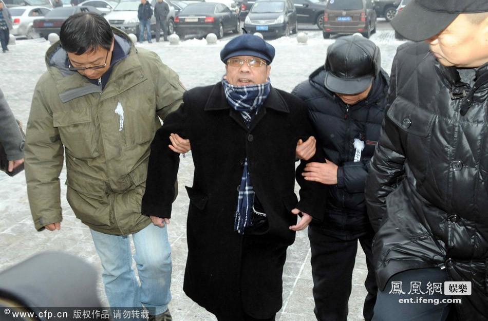 王平师傅、著名相声演员李博祥被众人搀扶出场.-现场 相声演员王平