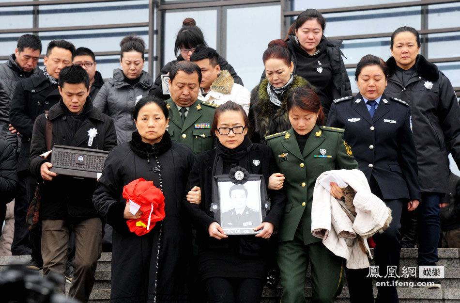 月26日,著名相声演员王平追悼会在沈阳回龙岗举行.图为王平女儿