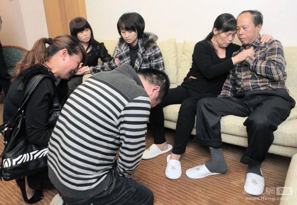广州被救夫妇跪谢牺牲武警郑益龙家属 - 十年井绳 - 十年井绳博客