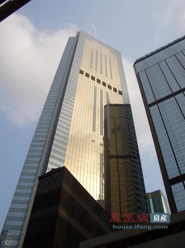 大厦顶部以金字塔形状的坡顶以及立于其上的桅杆