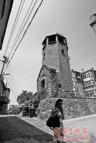 有着百年历史的青岛望火楼得到了重新修缮 本报记者 杨宁 摄