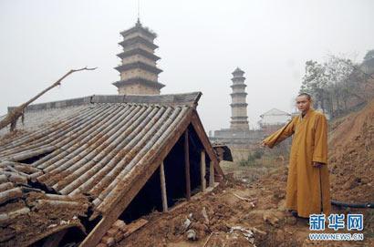 滑坡造成华严寺千年古塔杜顺塔的塔基