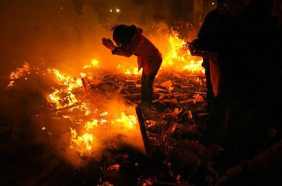 2011年春节期间湖北某寺的燃香处现场(图片来源:新浪 摄影:村民琐记)