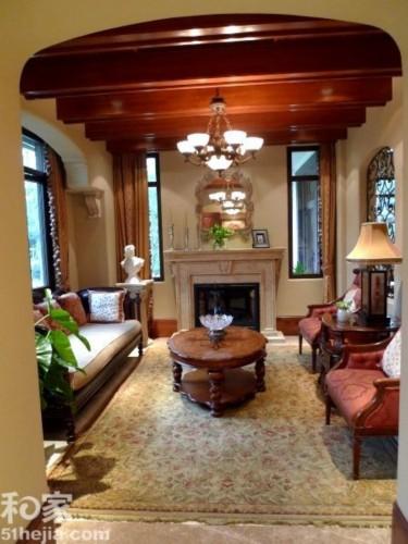 客厅里壁炉,碎花地毯实木吊顶,欧式花纹窗户,低调中处处透露着浓浓的