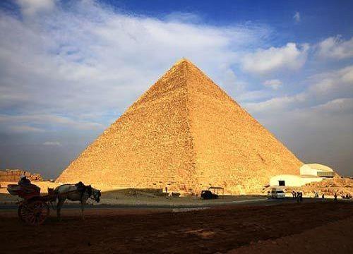 金字塔,在建筑学上是指锥体建筑物,一般来说基座为正三角形或四方形