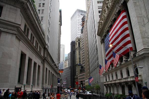 """华尔街 然后我们来到华尔街,这条世界文明的金融中心,其实街道并不宽敞,但是却云集着包括纽约证券交易所、联邦储备银行在内的众多金融机构,使其成为国际金融界的""""神经中枢""""。继续前行,就来到了联合国总部大厦,对我们来说,这是一个神圣的地方,没想到却是可以参观的,虽然只有一层,但是已经很满足。帝国大厦、世贸遗址,都是走马观花似地一笔带过,光彩夺目的繁华之地百老汇大街已经出现在眼前。时代广场上游人如织,二十四街色彩斑斓,抬头仰望七十层巍巍高耸的洛克菲勒中心,它象征着美国的财富,是世界上享有"""