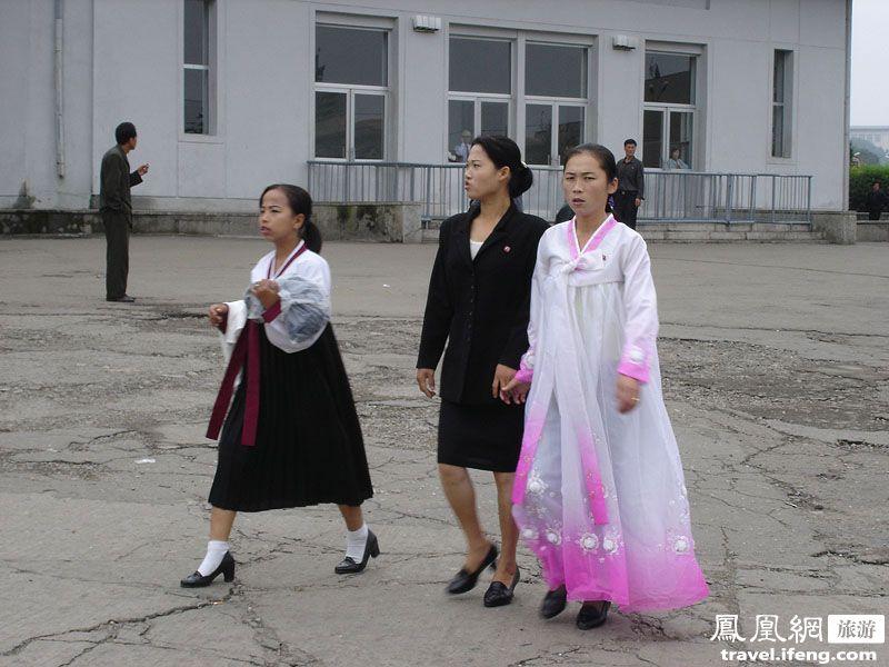 拍摄朝鲜街头女性 从着装看当地人民生活水平