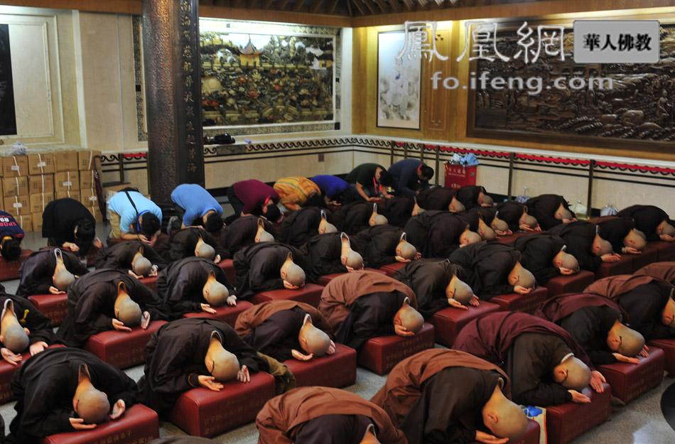 凤凰 安康/僧众顶礼(图片来源:凤凰网华人佛教)